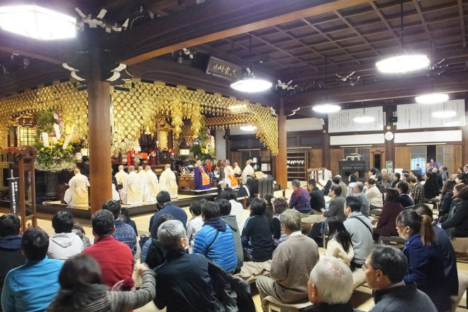 At the head temple Yuseiji in Kyoto, Joya Hoyo is held from 11 pm on New Year's Eve just before Gantan-e starts from 12:00 am on New Year's Day.