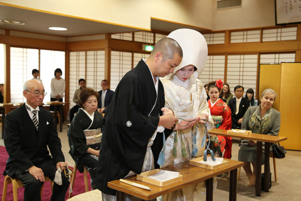"Exchanging ""Ojuzu"" (Buddhist prayer beads)."