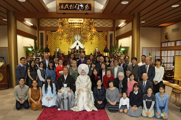 Many people came to see our wedding which is not usual in Japan. Normally only families attend, but in our case the temple was almost full (in the picture you can see only some of the people who were there). We actually asked for many seats to be prepared for additional guests ^_^